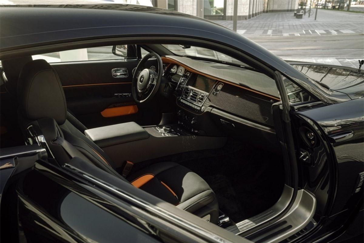 Ngoài ra, một trong ba khách hàng may mắn mua được gói độ Spofec cho chiếc Rolls-Royce Wraith Black Badge của mình còn có khả năng tùy biến lại khoang nội thất của chiếc xe theo sở thích, bằng bất kỳ loại vật liệu nào.