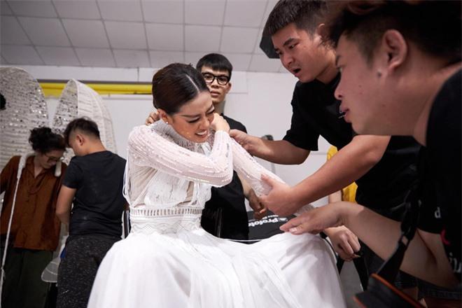 """Người đứng sau outfit """"chặt chém"""" của Khánh Vân thừa nhận từng cãi vã, tiết lộ tính cách nàng hậu trước khi chinh chiến ở Miss Universe - Ảnh 9."""