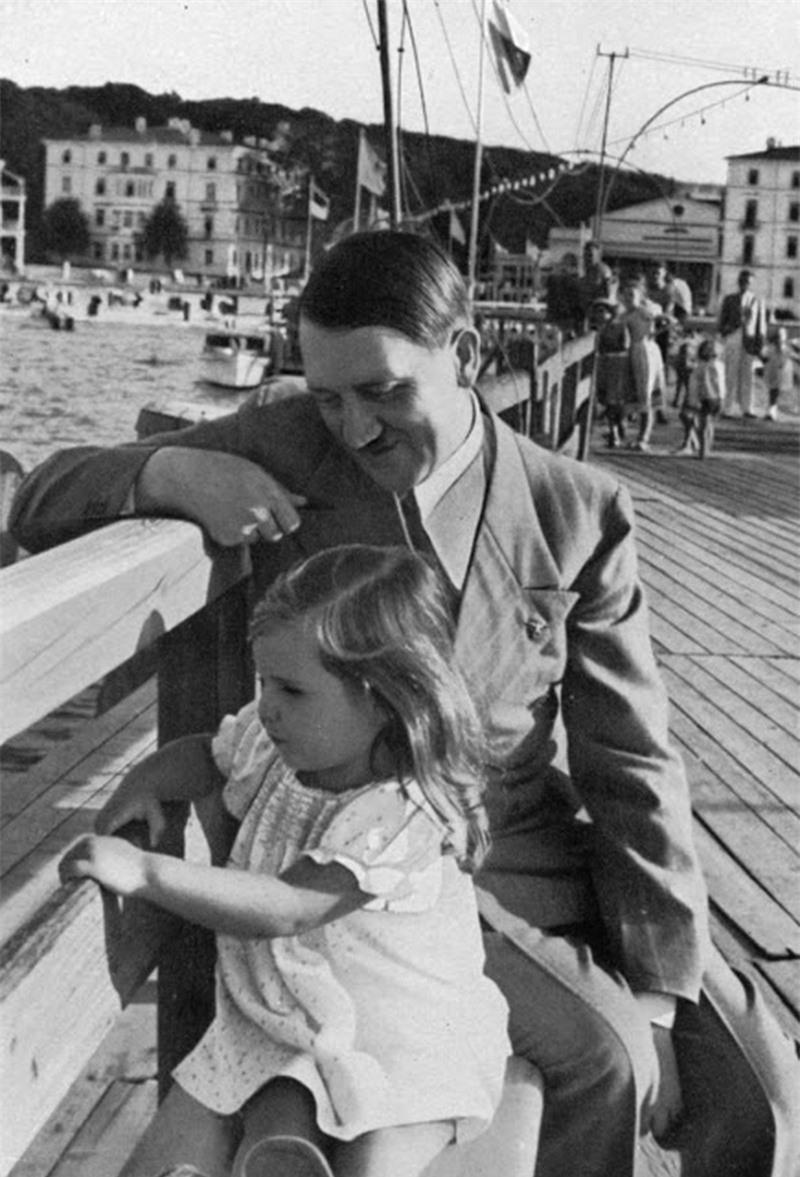 Trum phat xit Hitler dac biet co bieu cam la khi chup anh voi tre em-Hinh-3