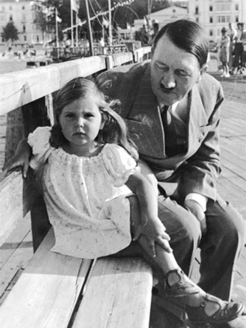 Trum phat xit Hitler dac biet co bieu cam la khi chup anh voi tre em-Hinh-4
