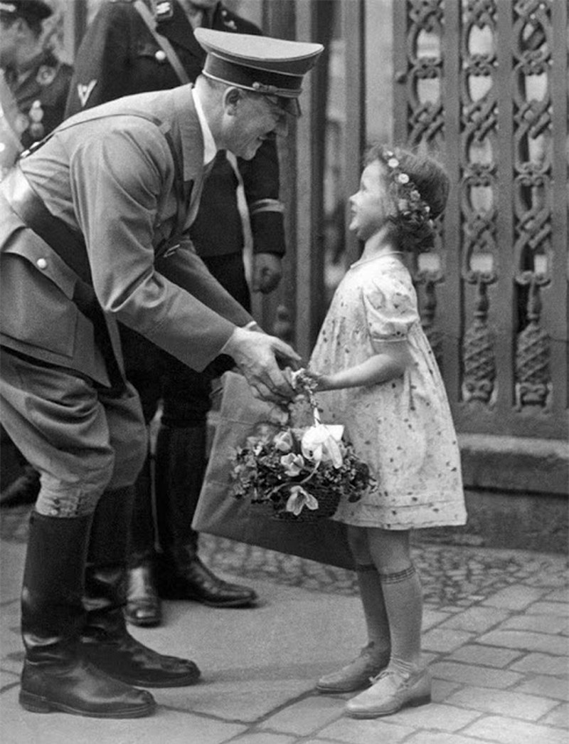 Trum phat xit Hitler dac biet co bieu cam la khi chup anh voi tre em-Hinh-6