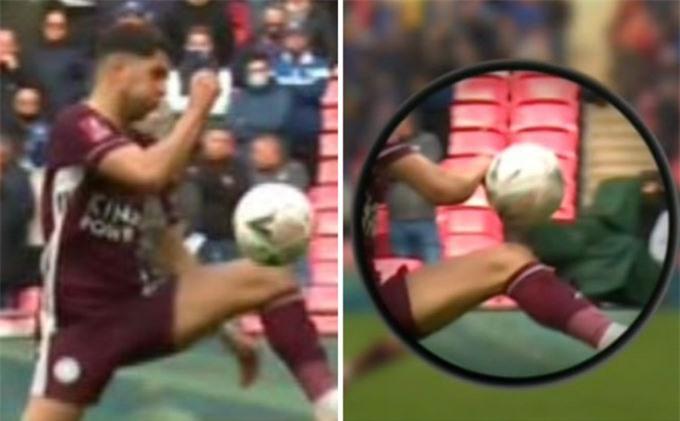 CĐV Chelsea cho rằng Perez nên bị thổi phạt vì pha để bóng chạm tay trước khi Leicester có bàn thắng