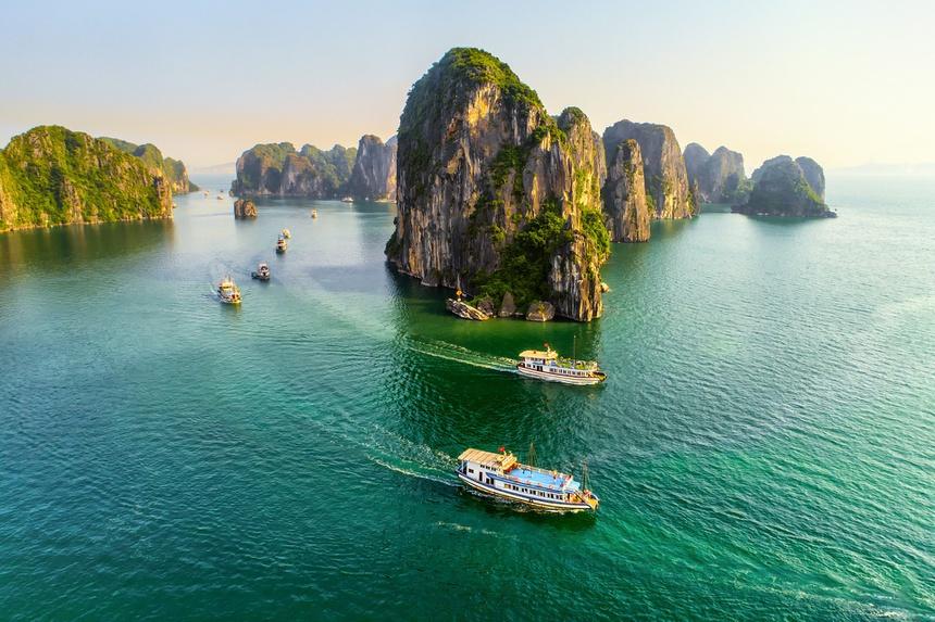 Ngoài việc dẫn đầu cả nước về số lượng thành phố trực thuộc, Quảng Ninh cũng chính là tỉnh có nhiều đảo nhất nước ta, với trên 2.000 hòn đảo lớn nhỏ, chủ yếu tập trung ở vịnh Hạ Long. Ảnh: Báo Quảng Ninh.