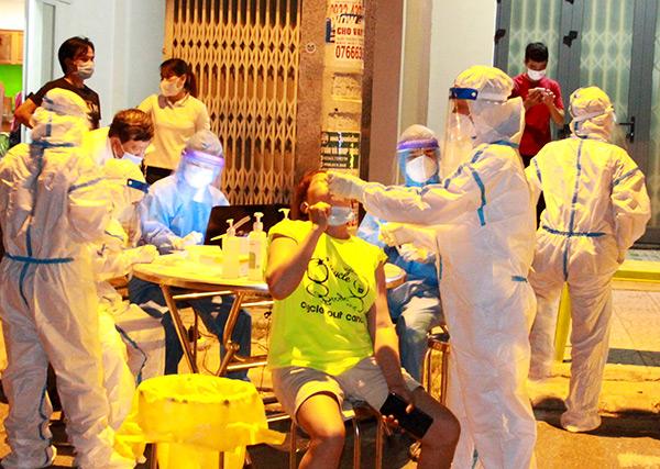 Lực lượng y tế quận Liên Chiểu xuyên đêm qua 15/5 để lấy mẫu xét nghiệm gần 600 người dân khu vực ngã tư Đặng Minh Khiêm – Đặng Huy Tá,