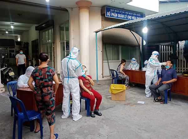 và gần 400 người ở khu vực chợ Hòa Khánh do có thể liên quan đến bệnh nhân P.T.V