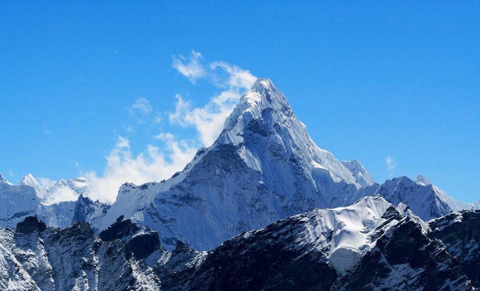 """Theo World Atlas, Everest là đỉnh núi cao nhất trên thế giới. Đỉnh núi này còn được gọi là """"Thánh mẫu của vũ trụ"""". Ảnh: World Atlas."""