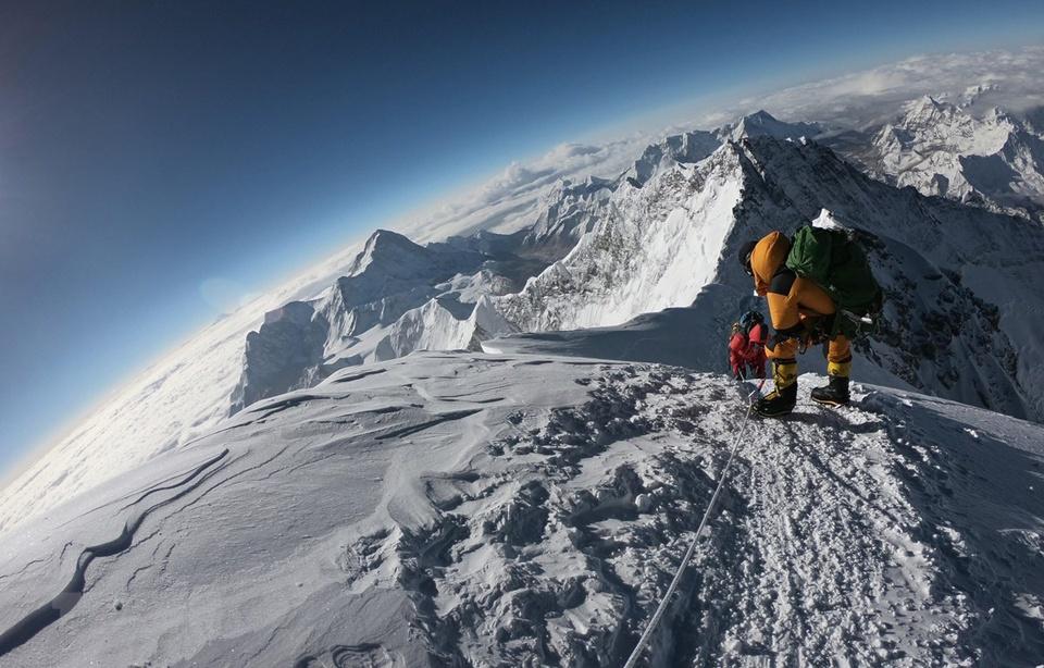 Đỉnh Everest có chiều cao 8.848 m so với mực nước biển, là đỉnh núi cao nhất trên bề mặt Trái Đất so với mực nước biển. Đỉnh Everest thu hút nhiều người leo núi khám phá. Ảnh: Wikipedia.
