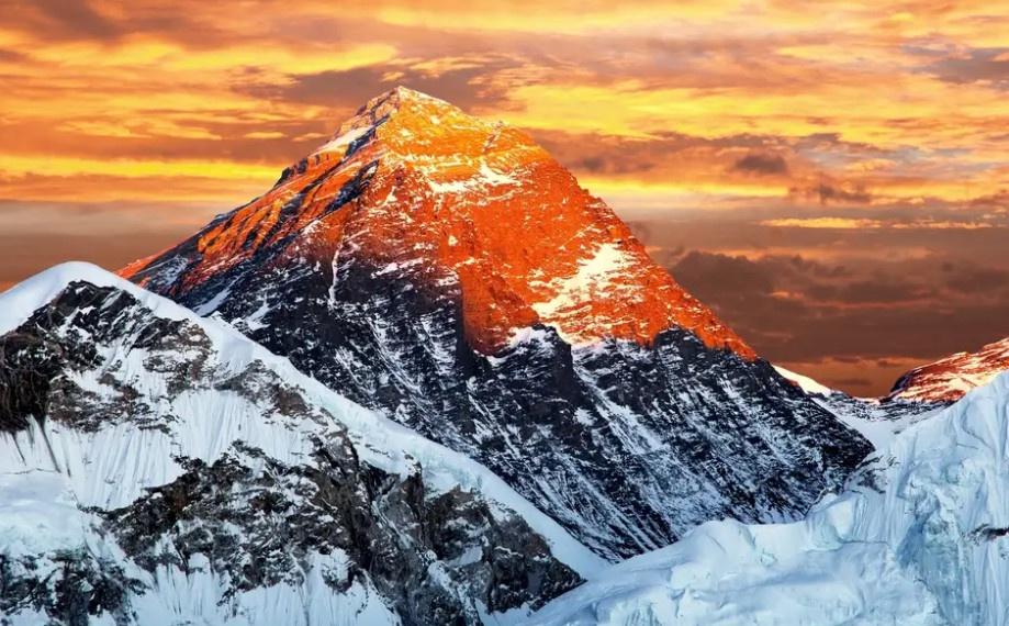 """Trong tiếng Nepal, đỉnh núi này được gọi là Sagarmatha, có nghĩa là """"trán trời"""". Người Tây Tạng gọi là Chomolangma (Thánh mẫu của vũ trụ). Theo CNN, nhiệt độ ở đỉnh Everest dao động từ -31 đến -4 độ F. Tháng 5 là thời điểm để leo núi, khi trời ít gió. Ảnh: BBC."""