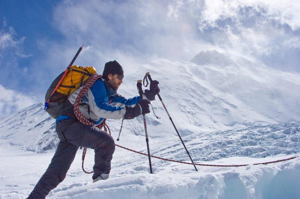Ngày 16/5/1975, nhà leo núi người Nhật Bản có tên Junko Tabei trở thành phụ nữ đầu tiên chinh phục thành công đỉnh Everest. Ngày 25/5/2001, Erik Weihenmayer mang quốc tịch Mỹ, trở thành người mù đầu tiên chinh phục được đỉnh núi cao nhất thế giới này. Ảnh: New York Times.