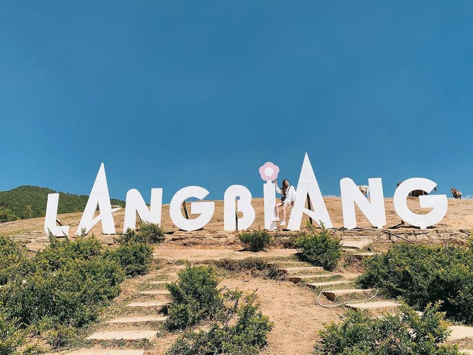 """Ở độ cao hơn 2.100 m, đỉnh Lang Biang được ví như """"nóc nhà"""" của Đà Lạt. Ngọn núi này thuộc địa bàn huyện Lạc Dương, tỉnh Lâm Đồng, cách trung tâm TP Đà Lạt khoảng 12 km về phía bắc. Nơi đây được ví như biểu tượng văn hóa quan trọng của vùng đất cao nguyên sương mù, thu hút du khách mọi nơi. Ảnh: _nga_dtn."""