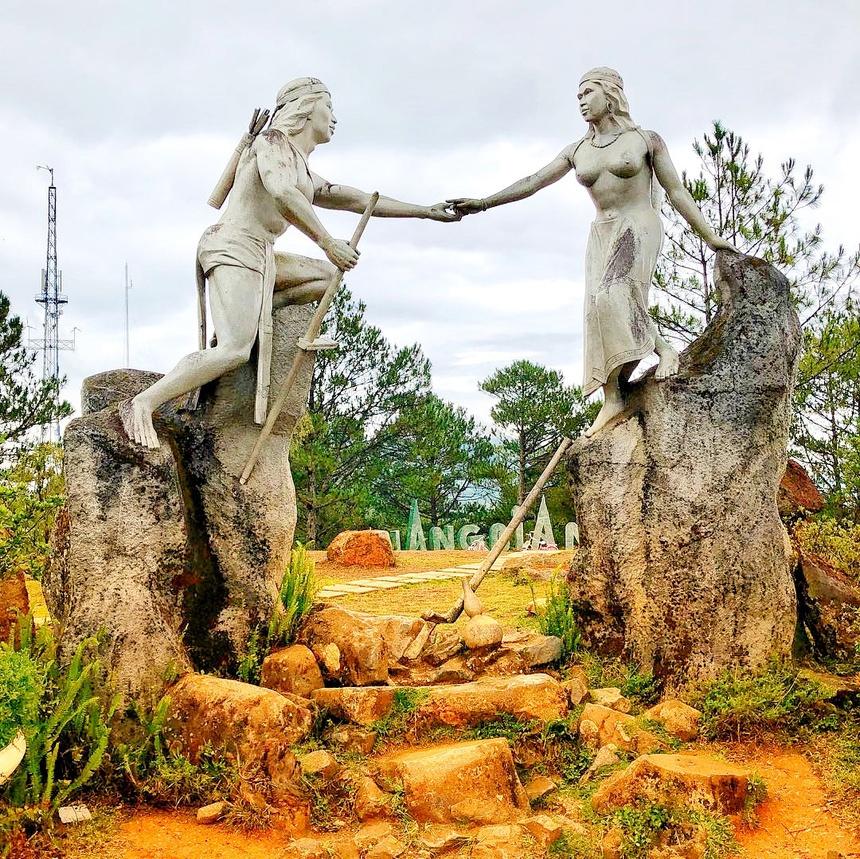 Tên gọi Lang Biang thường được giải thích do ghép từ tên chàng K'Lang và nàng H'Biang, theo truyền thuyết của dân tộc K'Ho với nhiều dị bản khác nhau. Vì mâu thuẫn giữa các bộ tộc, họ yêu nhau nhưng không đến được với nhau, tạo nên huyền thoại lãng mạn, bi thương nổi tiếng. Ảnh: Lopinanadya.