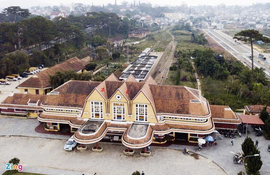 Nằm ở phường 10, cách trung tâm TP Đà Lạt (Lâm Đồng) 5 km, ga Đà Lạt được xem là nhà ga tàu hỏa cổ đẹp nhất Việt Nam và khu vực Đông Dương. Tòa nhà chính của ga có phong cách kiến trúc độc đáo với ba mái hình chóp, là cách điệu ba đỉnh núi Lang Biang và nhà rông Tây Nguyên. Chóp trung tâm vẽ mặt đồng hồ to ghi lại thời gian bác sĩ Yersin phát hiện ra Đà Lạt.