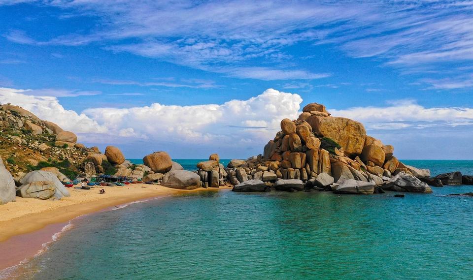 Huyện Thuận Nam không có thị trấn, chỉ có 8 xã. Đến huyện Thuận Nam, bạn có thể khám phá Mũi Dinh và Cà Ná. Mũi Dinh thuộc địa phận xã Phước Dinh, có khung cảnh thiên nhiên hoang sơ, quyến rũ với cát trắng, biển xanh, núi đá nhấp nhô hùng vĩ. Cà Ná là một xã của huyện, có bãi biển xinh đẹp, cánh đồng muối trắng tinh. Ảnh: Hà Duy.
