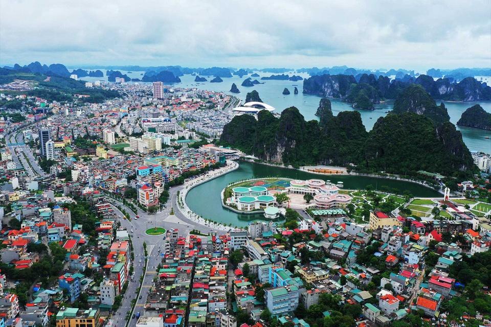 Quảng Ninh là tỉnh có nhiều thành phố nhất Việt Nam, địa phương này hiện có tới 4 thành phố trực thuộc gồm: Hạ Long, Cẩm Phả, Móng Cái, Uông Bí. Ngoài ra, Quảng Ninh còn có 2 thị xã là Đông Triều và Quảng Yên. Ảnh: Báo Quảng Ninh.