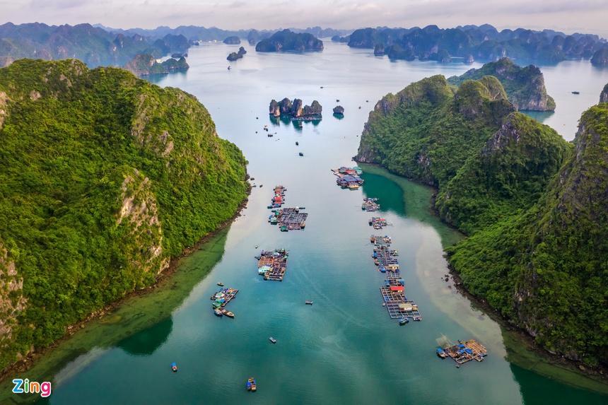 Địa điểm du lịch hấp dẫn nhất ở Quảng Ninh chính là vịnh Hạ Long. Theo thống kê, lượng khách du lịch đến vịnh Hạ Long năm 2019 đạt 4,4 triệu lượt, trong đó khách quốc tế gần 2,9 triệu lượt. Ảnh: Nguyễn Quang Ngọc.