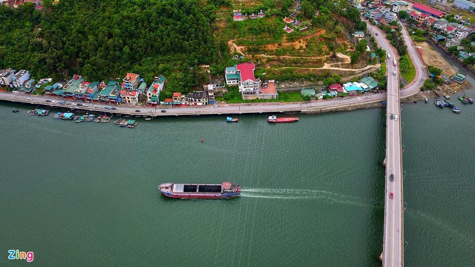 Vân Đồn là huyện đảo, đồng thời cũng là một trong những địa điểm du lịch nổi tiếng của tỉnh này. Nơi đây nổi tiếng với các món hải sản như sá sùng, tu hài, ốc móng tay, giun biển… Ảnh: Hoàng Hà.