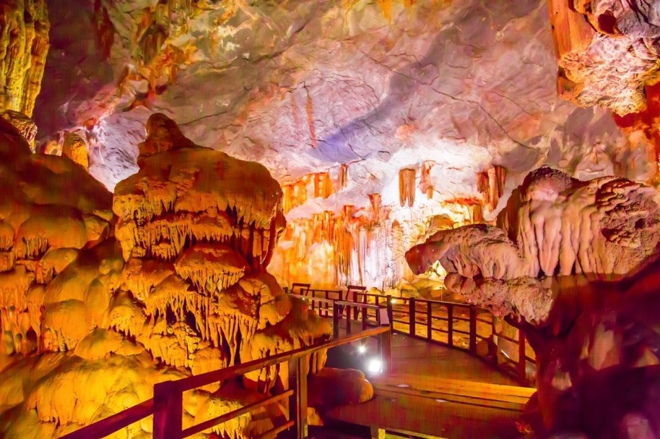 Vịnh Hạ Long xứng đáng là địa chỉ du lịch số một của Quảng Ninh, một trong 7 kỳ quan thiên nhiên mới của thế giới. Đến nay, vịnh Hạ Long đã được UNESCO trao rất nhiều danh hiệu. Trên vịnh Hạ Long có nhiều danh thắng, thu hút du khách thập phương, trong đó có hang Đầu Gỗ, hang Sửng Sốt, động Thiên Cung… Ảnh: Báo Quảng Ninh.