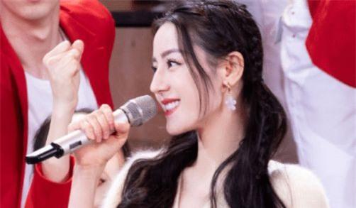 Địch Lệ Nhiệt Ba lên sân khấu chiếm hết spotlight, cầm micro mỉm cười cũng xinh đẹp sáng bừng - Ảnh 2.