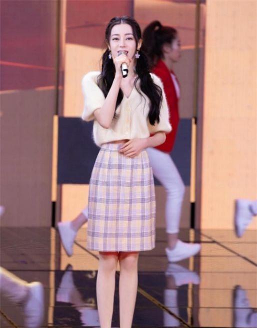 Địch Lệ Nhiệt Ba lên sân khấu chiếm hết spotlight, cầm micro mỉm cười cũng xinh đẹp sáng bừng - Ảnh 4.