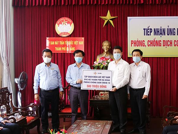 Chiều 17/5, lãnh đạo Tổng Công ty Điện lực miền Trung đã đến trao 500 triệu đồng hỗ trợ TP Đà Nẵng phòng, chống dịch Covid-19