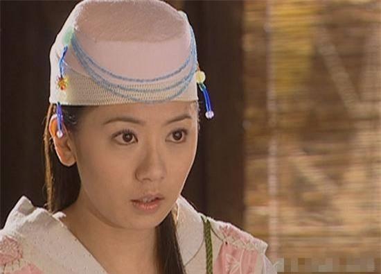 Mũ cổ trang của mỹ nữ Cbiz: Dương Mịch đội tổ chim, Lưu Diệc Phi đội mâm ngũ quả 9