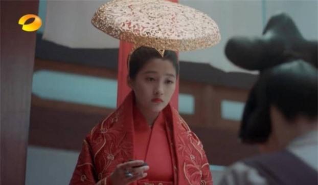 Mũ cổ trang của mỹ nữ Cbiz: Dương Mịch đội tổ chim, Lưu Diệc Phi đội mâm ngũ quả 4