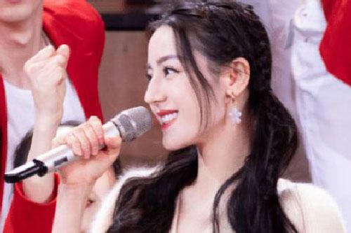 Địch Lệ Nhiệt Ba lên sân khấu chiếm hết spotlight, cầm micro mỉm cười cũng xinh đẹp sáng bừng