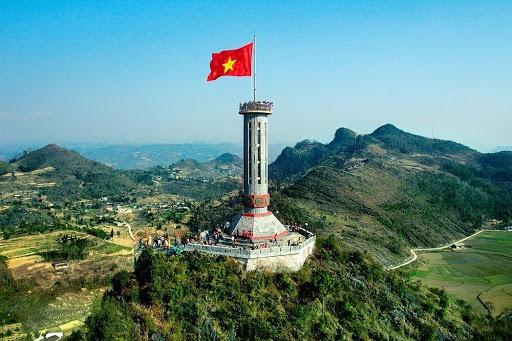 """Theo sách 100 danh thắng thiên nhiên Việt Nam, nằm ở độ cao lên tới hơn 1.600 m so với mực nước biển, Lũng Cú (Hà Giang) còn được ví là nơi """"cúi mặt sát đất, ngẩng đầu sát trời"""" ở nước ta. Ảnh: Báo Hà Giang."""