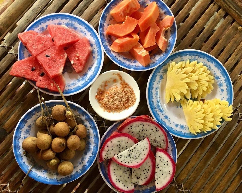 """Thuộc huyện Châu Thành, tỉnh Bến Tre, nằm ở hạ lưu sông Tiền, Cồn Phụng là một trong những địa điểm du lịch hút khách nhất """"xứ dừa"""". Đến đây, bạn có thể thưởng thức các loại trái cây theo mùa hấp dẫn như nhãn, xoài, thơm, dưa hấu, chôm chôm, thanh long... Ảnh: Rangaceira."""