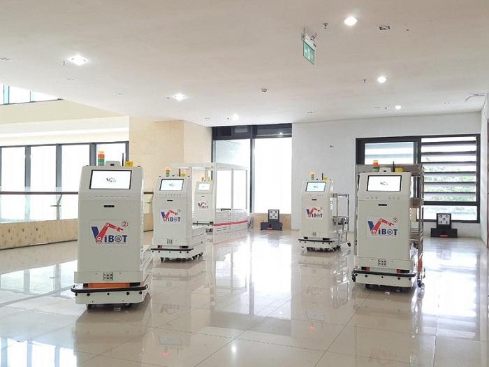 Hệ thống 5 robot y tế vận chuyển Vibot-2 tại khu vực thử nghiệm.