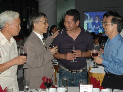 Giáo sư Vũ Đình Cự (thứ 2 từ trái sang) là người ký quyết định thành lập FPT ngày nay.