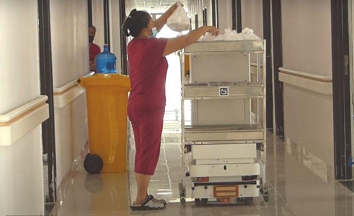 Vibot-2 mang đồ ăn và nước uống cho bệnh nhân COVID-19 tại Bệnh viện Bạch Mai cơ sở 2 (Phủ Lý, Hà Nam).
