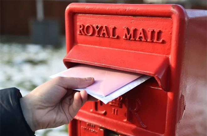Cả thị trấn bỗng đồng loạt nhận được hàng trăm lá thư đề gửi từ 13 năm trước, đang hoang mang thì nghe được lý do đau lòng - Ảnh 1.