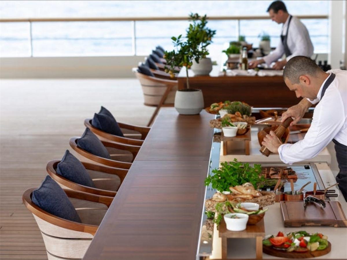 Trên du thuyền có các đầu bếp giỏi, phục vụ nhiều món ăn ngon, sang chảnh cho du khách./.