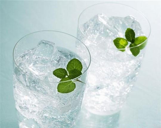 Nắng nóng: Uống nước đá, ăn nhiều món lạnh sẽ 'giết hại' gan, làm tê não ảnh 1