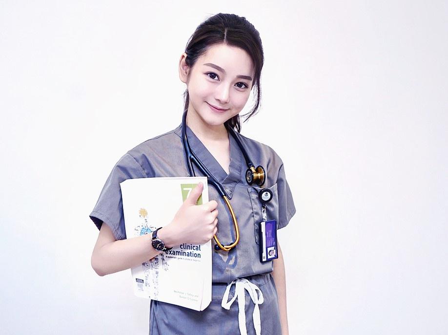 """Jenn Lee (27 tuổi) được chú ý từ cuối năm 2018, khi hình ảnh của cô được nhiều tờ báo Đài Loan, Hong Kong (Trung Quốc) đăng tải với tiêu đề """"nữ thần y khoa xứ Đài"""". Thời điểm đó, Lee công tác tại Bệnh viện Đại học Quốc gia Đài Loan. Theo trang ETToday, Lee sinh ra trong gia đình có truyền thống làm nghề y. Cha và anh trai cô đều là bác sĩ. Tháng 4/2017, Lee tốt nghiệp khoa Y của ĐH Sydney, Australia."""