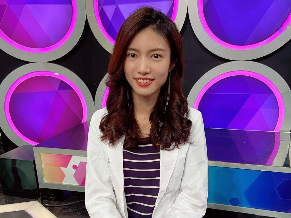 """Hsuan Wu cũng được nhắc đến là người đẹp y khoa """"tài sắc vẹn toàn"""" của Đài Loan. Trong 7 năm học tập tại khoa Y, ĐH Quốc gia Đài Loan, Wu có 10/14 học kỳ được vinh danh là sinh viên ưu tú với GPA thuộc top 5 của trường và được trao học bổng. Năm 2019, cô nhận danh hiệu Thực tập sinh xuất sắc."""