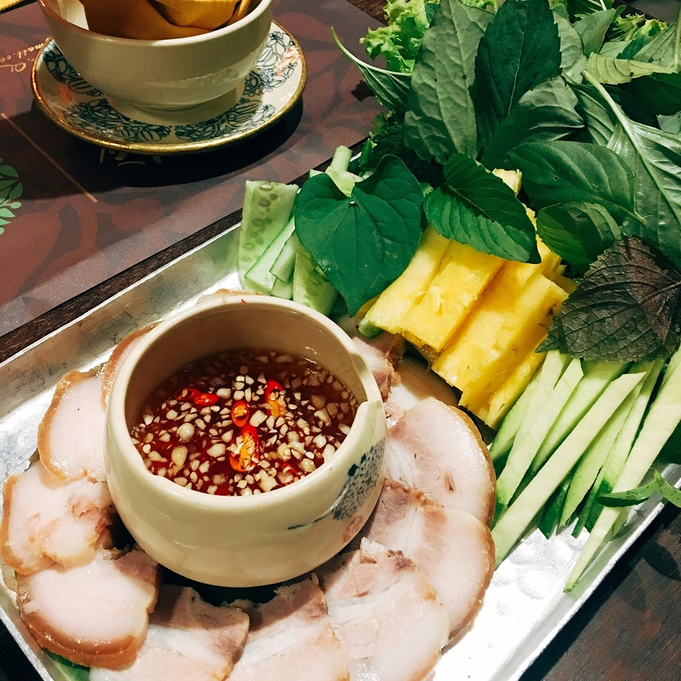 Phan Thiết (Bình Thuận), Phú Quốc (Kiên Giang), Nam Ô (Đà Nẵng)... là những địa danh nổi tiếng có nước mắm truyền thống thơm ngon. Tại những địa phương này, nghề làm nước mắm đã tồn tại hàng trăm năm qua. Ảnh: Sochaudchannel.