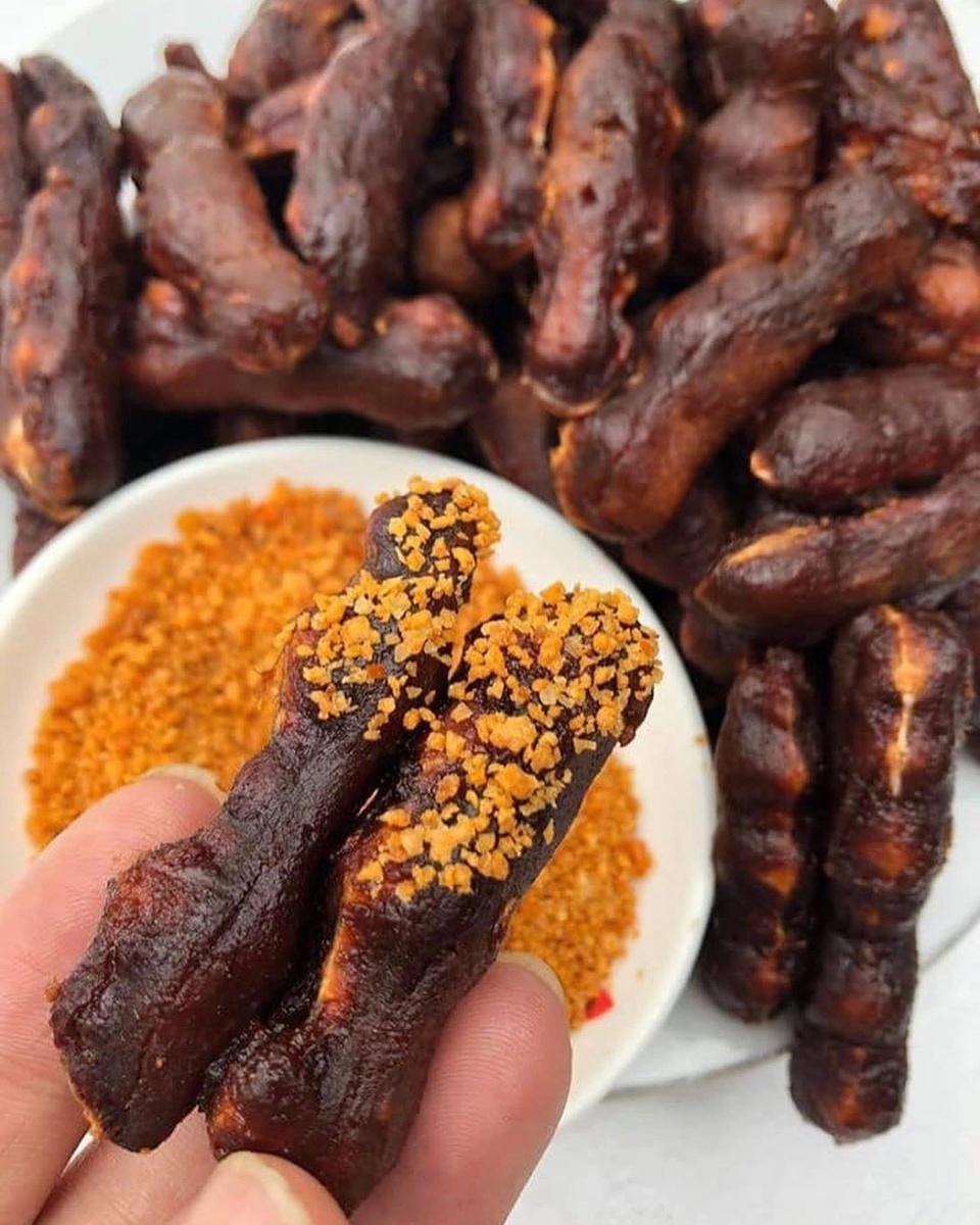 Chế biến từ nguyên liệu chính là muối và tôm, đều không phải sản vật đặc trưng của một tỉnh Đông Nam Bộ như Tây Ninh, song muối tôm lại được biết đến là đặc sản trứ danh của vùng đất này. Ngoài 2 nguyên liệu chính đó, người ta cũng cần đến tỏi, ớt, sả... với tỷ lệ cân đối, thực hiện qua nhiều công đoạn xay, rang, phơi... mới cho ra loại muối tôm to hạt, màu sắc đẹp mắt, hương vị đậm đà, dùng để chấm trái cây, hải sản, trộn bánh tráng... Ảnh: Whisky.95.
