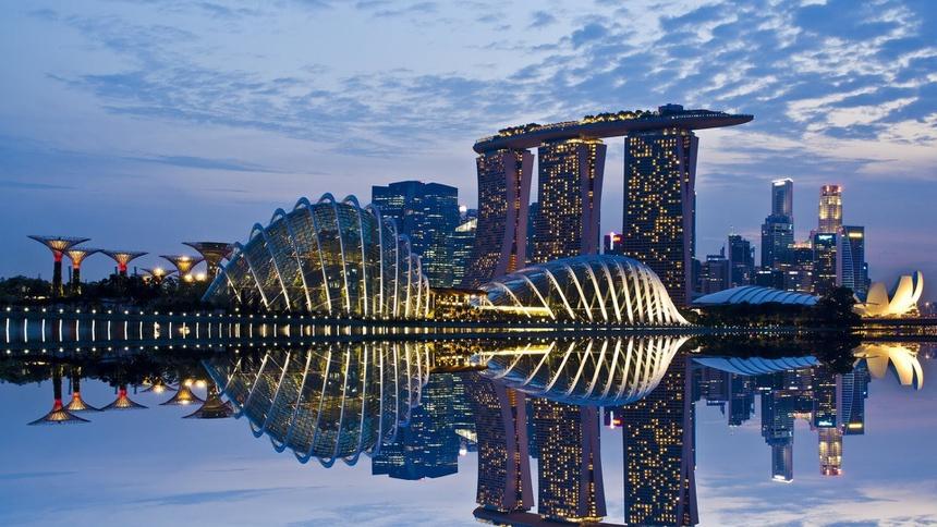 Theo số liệu thống kê của Quỹ tiền tệ quốc tế, với mức thu nhập bình quân đầu người lên tới 95.603 USD/người năm 2020, Singapore chính là quốc gia dẫn đầu khu vực Đông Nam Á về độ giàu có của dân cư, xếp thứ 2 trên thế giới, chỉ sau Luxembourg. Bảng xếp hạng của Quỹ tiền tệ quốc tế dựa theo theo Tổng sản phẩm quốc nội (GDP) của họ quy đổi theo sức mua tương đương (PPP) bình quân đầu người (giá trị của tất cả hàng hóa và dịch vụ được tạo ra bên trong một quốc gia trong một năm cho trước được chia theo dân số trung bình của cùng năm đó). Ảnh: BBC.