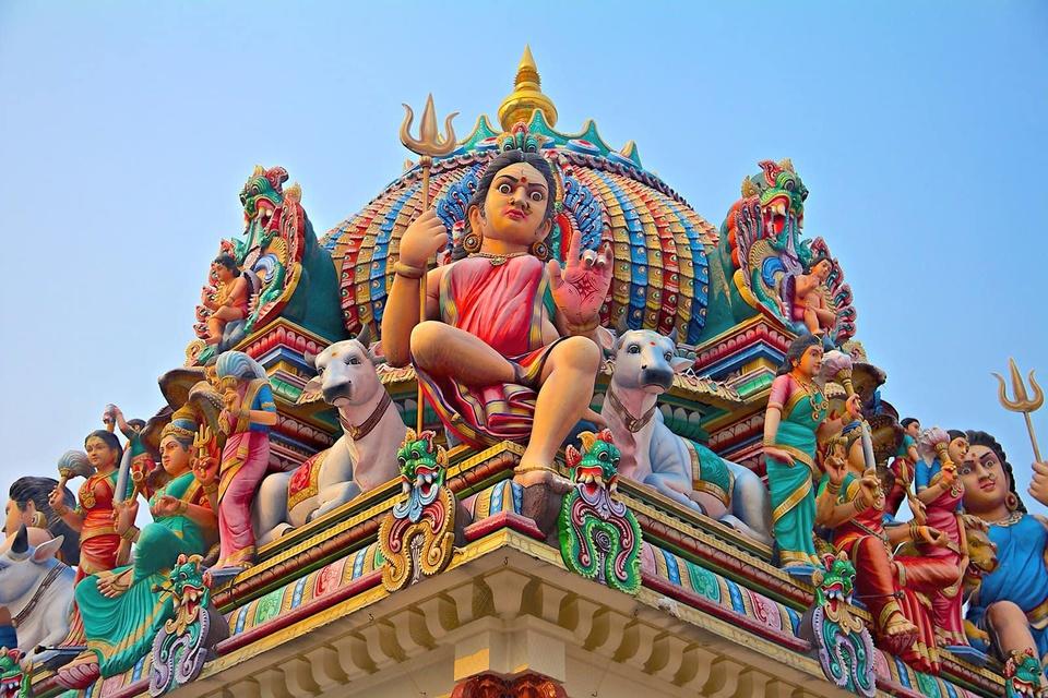 Sri Mariamman là ngôi đền Hindu lâu đời nhất ở quốc đảo sử tử, được xây dựng từ năm 1827. Điểm du lịch nổi tiếng ở Singapore này không chỉ là nơi đến thờ phụng của những người theo đạo Hindu, còn là điểm tham quan giàu ý nghĩa về văn hóa và lịch sử Đảo quốc sư tử. Ảnh: Medium.com.