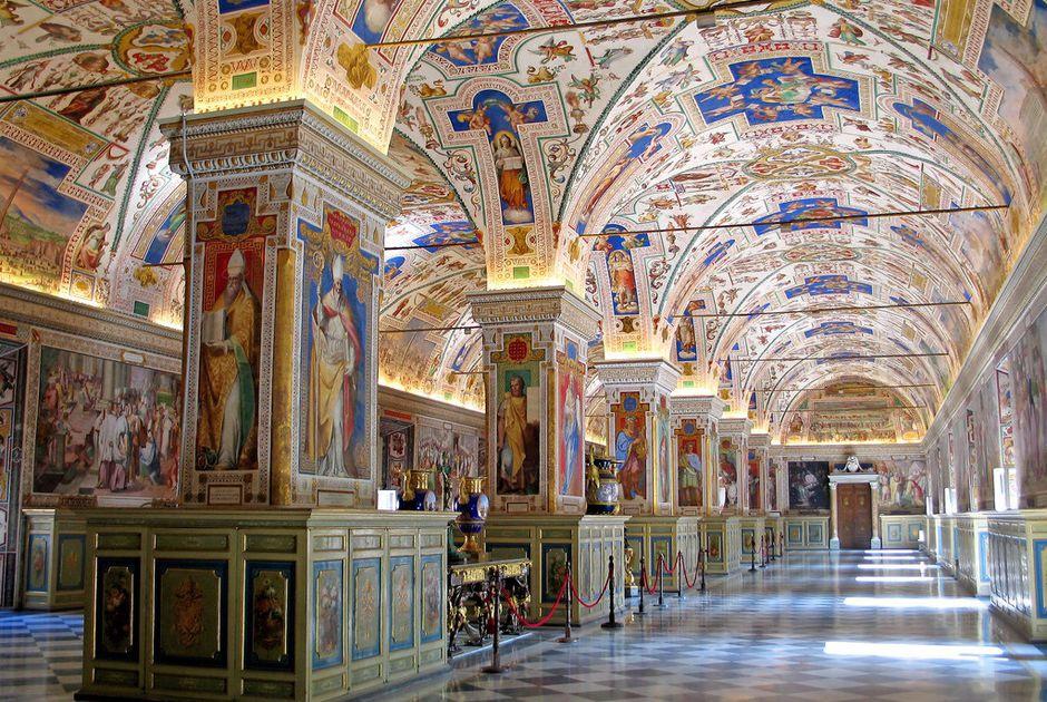 Dù có diện tích nhỏ bé, Thành Vatican lại là nơi được thế giới quan tâm, nhất là với những tín đồ Thiên Chúa, đây là nơi ở của Giáo hoàng và là trụ sở của giáo hội Thiên Chúa giáo. Nhà nguyện Sistine, Quảng trường Thánh Peter, Bảo Tàng Vatican chính là 3 địa chỉ du lịch nổi tiếng nhất của địa danh này. Ảnh: CNN.