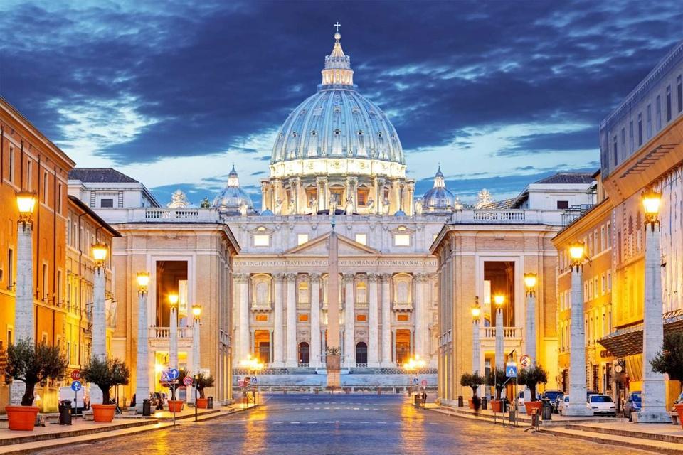 Lãnh thổ Thành quốc Vatican nằm gọn trong lòng thủ đô Rome của Italy. Vatican là quốc gia có nền kinh tế phi thương độc nhất vô nhị trên thế giới, chủ yếu do các khoản quyên góp của người Thiên Chúa giáo La Mã trên khắp thế giới và thu nhập từ bán tem, ấn phẩm, đồ lưu niệm. Ảnh: BBC.