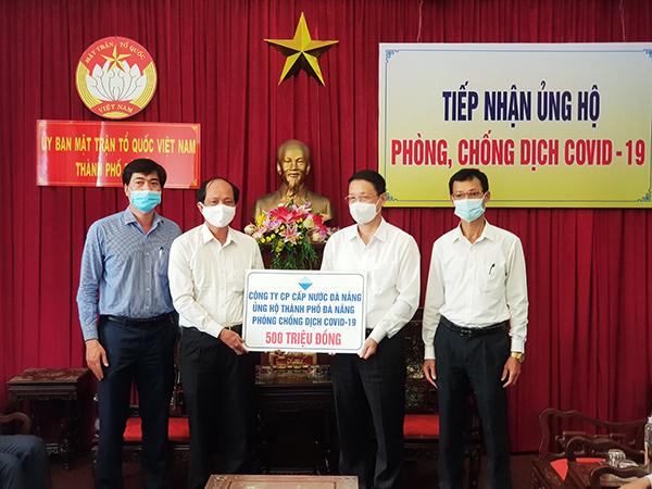 Ông Hồ Hương, Tổng Giám đốc Công ty CP Cấp nước Đà Nẵng (Dawaco) trao 500 triệu đồng thông qua Ủy ban MTTQ Việt Nam TP Đà Nẵng đóng góp nguồn lực vào công cuộc phòng, chống dịch Covid-19 của TP Đà Nẵng