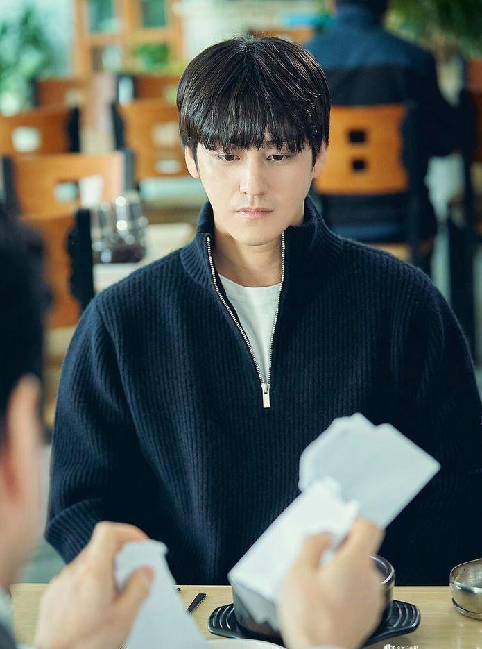 Trong lớp, Han Joon Hwi luôn nổi bật bằng trí nhớ thiên tài và khả năng nhận định chính xác từng chi tiết của vụ án. Trước khi đến với trường luật, sinh viên này từng theo học hai năm ở trường cảnh sát. Ngoài Kim Bum, Law School còn quy tụ dàn diễn viên như Kim Myung Min, Lee Jung Eun, Ryu Hye Young, Lee Soo Kyung, David Lee... Trên Netflix, tác phẩm đang đứng ở vị trí thứ hai trong bảng xếp hạng các bộ phim được theo dõi nhiều nhất tại Việt Nam.