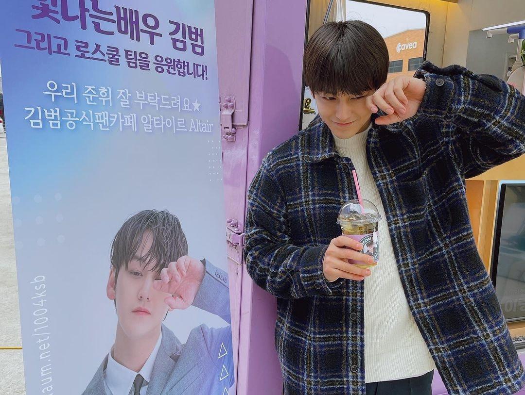 Kim Bum mặc áo khoác kiểu dáng sơ mi dáng dài và áo len tạo sự trẻ trung, năng động. Sao phim Vườn sao băng không hề bị khán giả phản ứng khi vào vai sinh viên đại học năm thứ nhất.