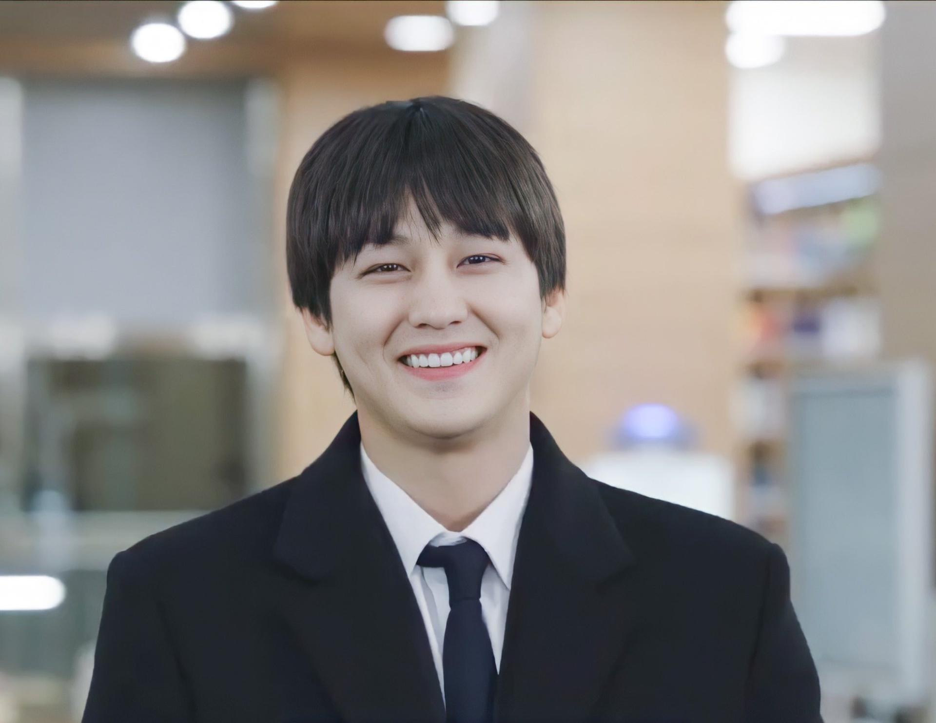 Tài tử xứ Hàn rạng rỡ trong bộ đồ đồng phục của trường luật. Khuôn mặt thanh tú cùng nụ cười tỏa nắng trở thành thương hiệu của nam diễn viên trong hơn một thập kỷ qua.