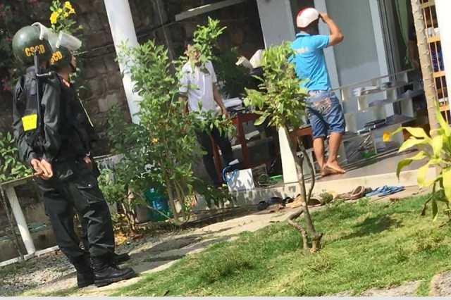 Nhóm côn đồ hành sự với sự chứng kiến của cả lực lượng Cảnh sát cơ động Công an Phú Quốc.