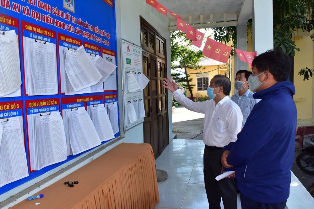 Chủ tịch UBND tỉnh Thừa Thiên Huế Phan Ngọc Thọ kiểm tra công tác chuẩn bị bầu cử tại thị trấn Lăng Cô, huyện Phú Lộc.