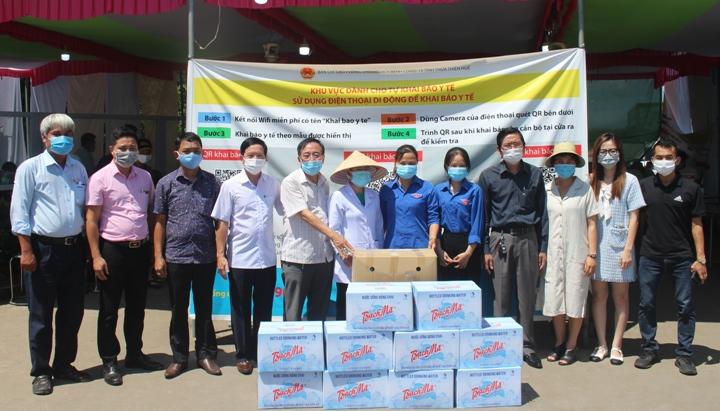 Trao tặng các phần quà hỗ trợ phòng chống dịch Covid-19 tại Chốt kiểm soát y tế số 1, đóng trên địa bàn huyện Phong Điền.
